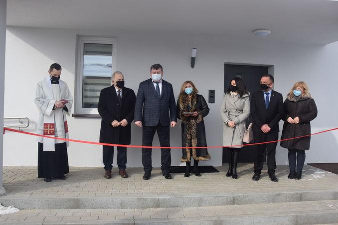 zdjęcie przedstawia uczestników uroczystości przed nowym budynkiem Domu Dziecka