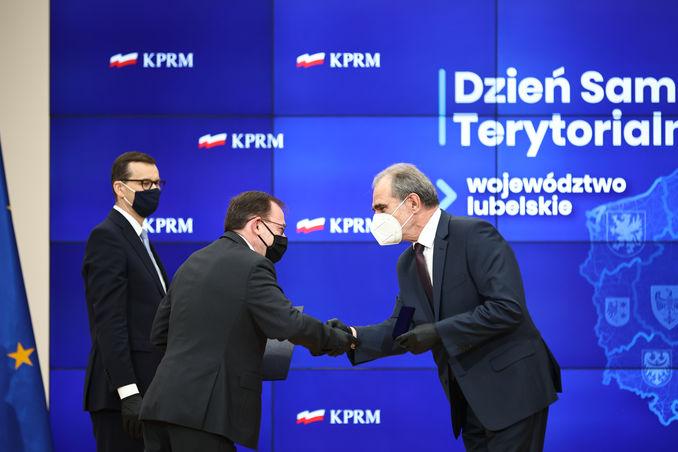 starosta Zdzisław Antoń odbiera nagrodę