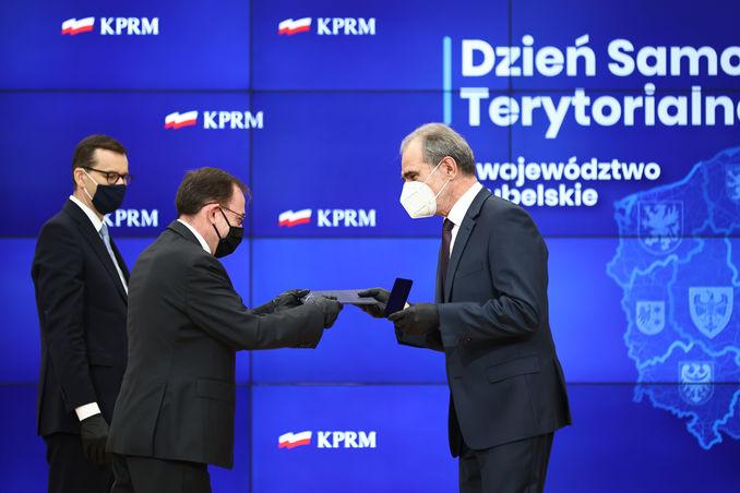 Starosta Zdzisław Antoń odbiera honorowe odznaczenie