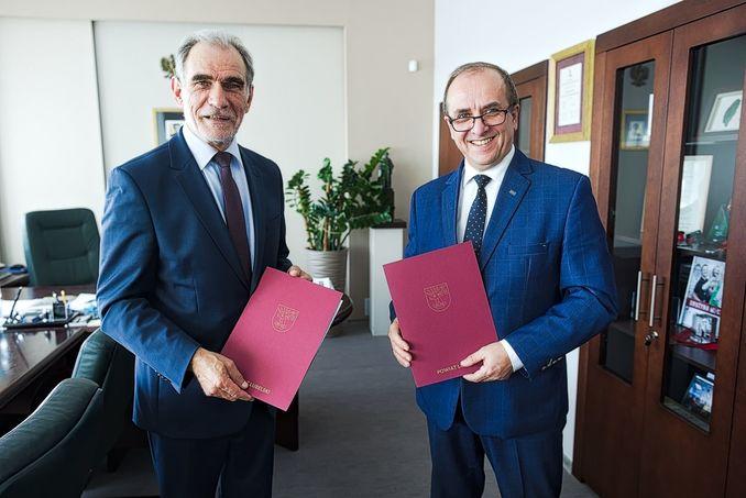 Starosta zdzisław Antoń oraz rektor UMCS  Radosław Dobrowolski przy podpisaniu porozumienia