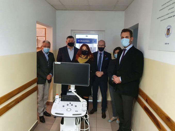 na zdjęciu znajduje się oficjalne przekazanie ultrasonografu na rzecz SPZOZ w Bychawie