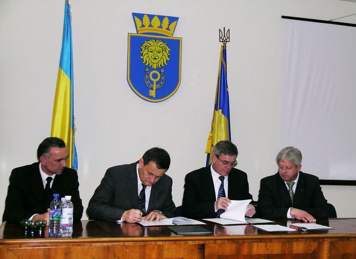 Moment uroczystego podpisania umowy