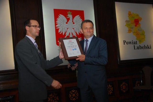 Zdjęcie przedstawia Staroste oraz Prezesa Zarządu Q&R Polska Sp. z o.o. dr inż. Patrycjusza Stoma