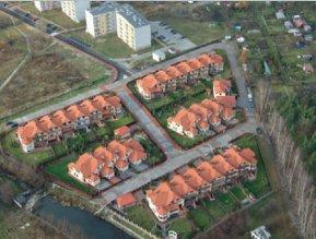 Osiedle domków i bloków - widok z góry