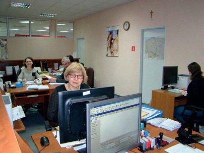 Pracownicy urzędu siedzący przy swoich stanowiskach pracy