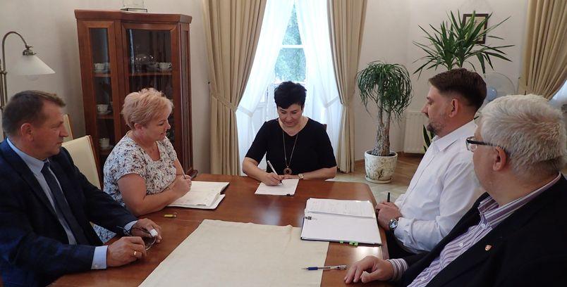 Podpisanie umowy przez Zarząd Powiatu Puławskiego. Na zdjęciu pięć osób ze starostą na czele.