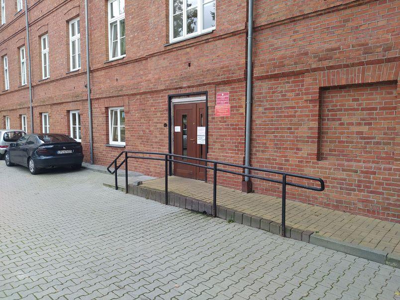 Wejście boczne do budynku Starostwa Powiatowego w Puławach.