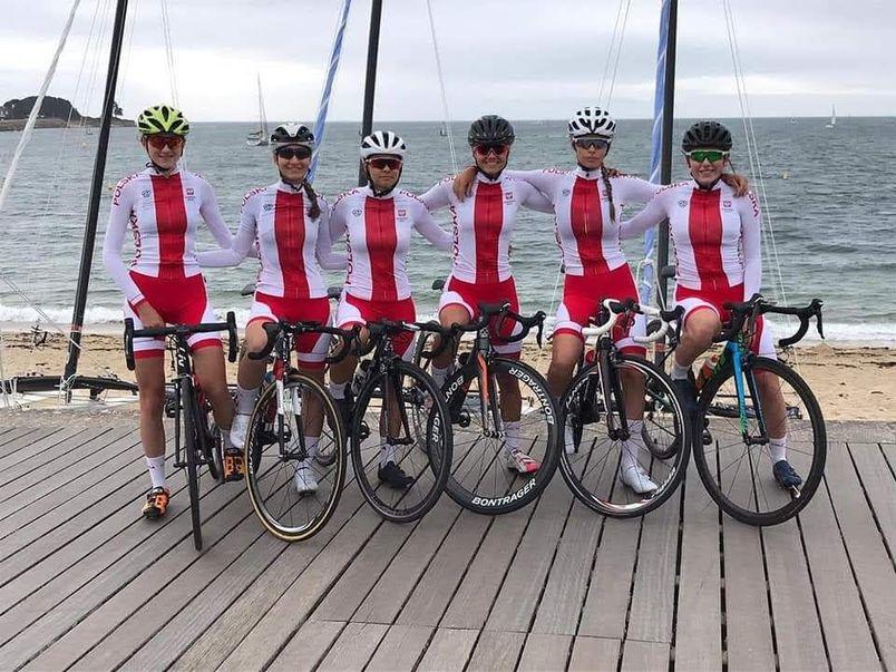 Grupa kolarek na rowerach w biało-czerwonych strojach
