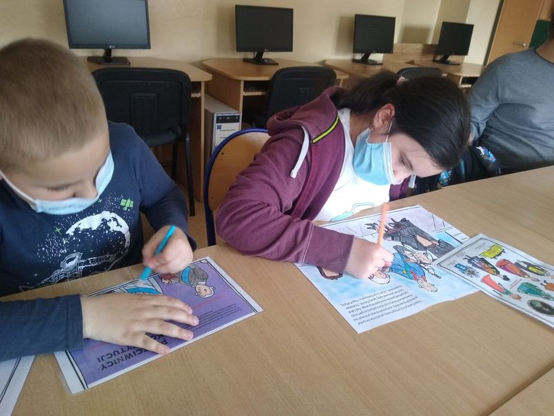 Uczniowie malujący pracę