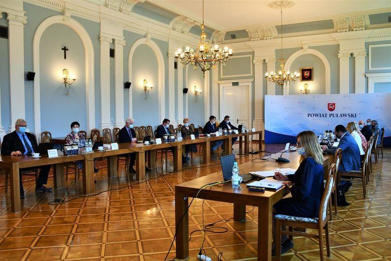 Obrady rady powiatu na Slai Pompejańskiej w Starostwie Powiatowym w Puławach