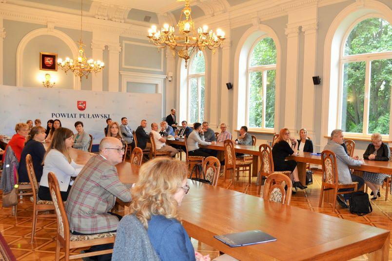 Uczestnicy zebrania w Sali Pompejańskiej Starostwa w Puławach