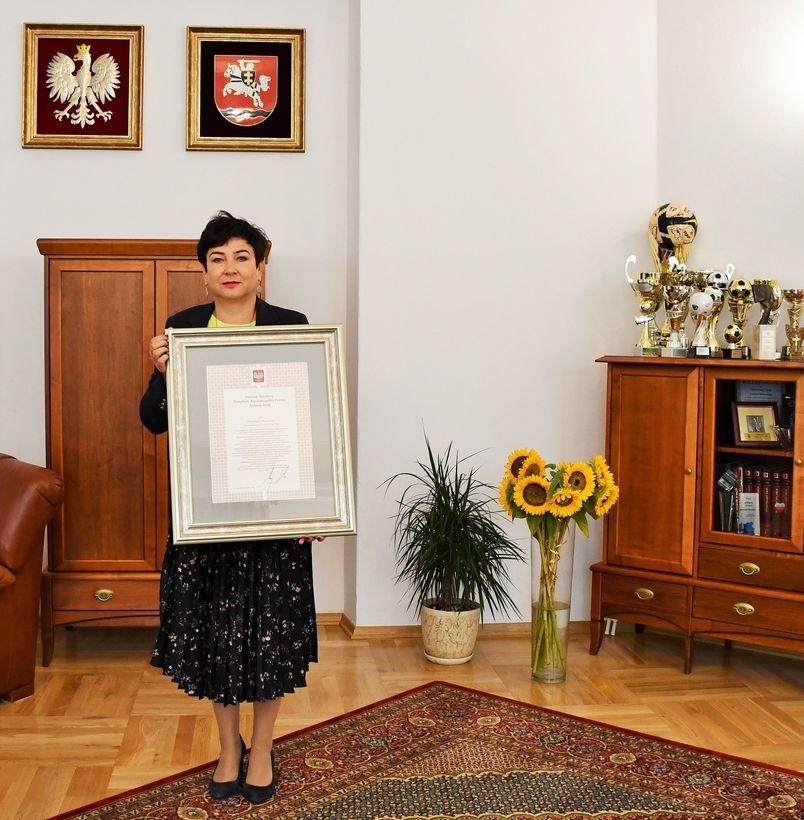 Starosta puławski z dyplomem dożynkowym od Prezydenta RP