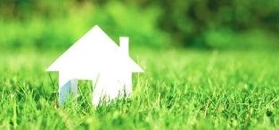 Domek z papieru na trawie