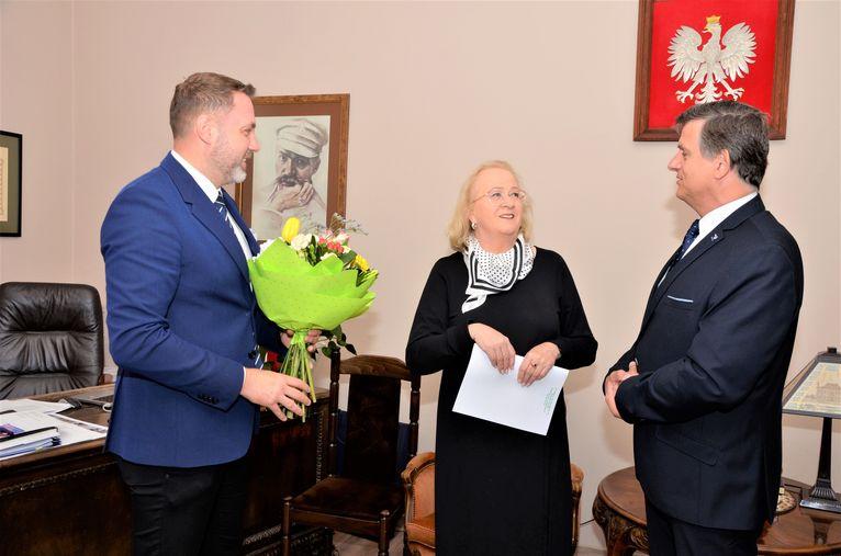 Burmistrz Leszek Michalak, zastępca burmistrza Przemysław Sikora i Helena Słowik dyrektor SP Żarów