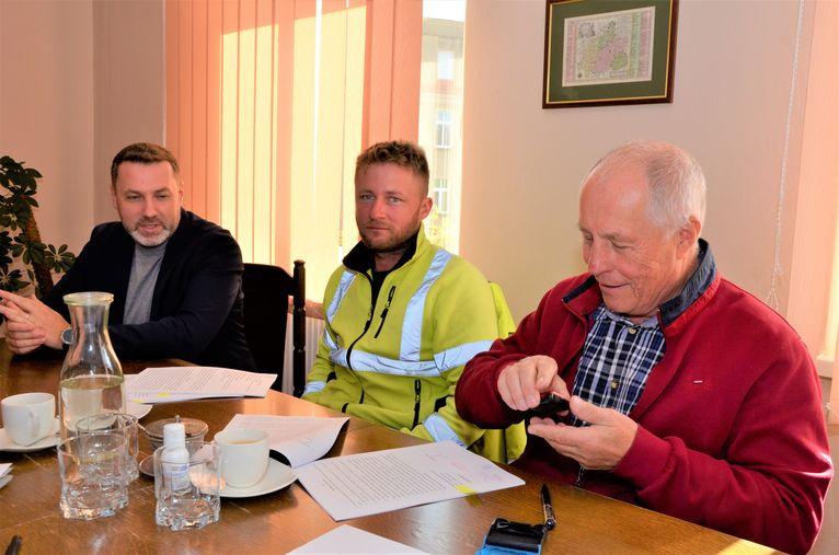 podpisanie umowy na remont drogi w Wierzbnej