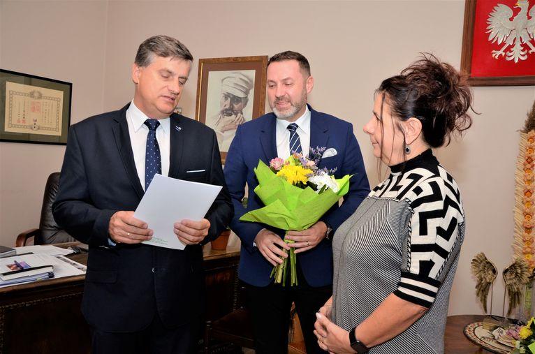 Burmistrz Leszek Michalak, zastępca burmistrza Przemysław Sikora i Elzbieta Wierzyk (Bajkowe Przedszkole)