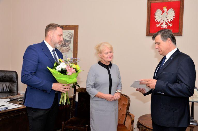 Burmistrz Leszek Michalak, zastępca burmistrza Przemysław Sikora i Krystyna Waliszak (SP Imbramowice)