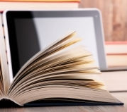 książka z tabletem w tle