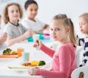 Dzieci jedzące obiad