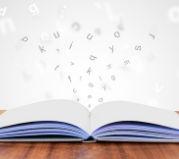 Książka z latającymi literami